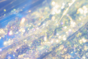 ビニールの上に散りばめられたキラキラしたグリッター素材の写真素材 [FYI04678047]