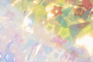オーロラカラーのビニールとパステルカラーのビーズの写真素材 [FYI04678049]