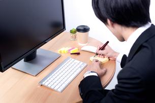 メモを取る若いビジネスマンの写真素材 [FYI04678226]