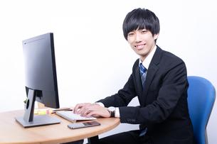 笑顔の若い日本人ビジネスマンの写真素材 [FYI04678238]