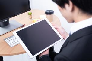 タブレットを操作する若いビジネスマンの写真素材 [FYI04678280]