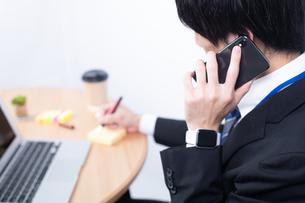 電話をする若いビジネスマンの写真素材 [FYI04678317]