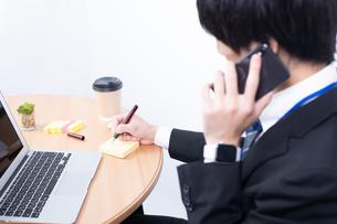 電話をする若いビジネスマンの写真素材 [FYI04678318]