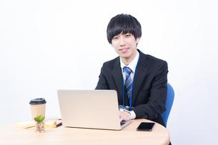 若い日本人ビジネスマンの写真素材 [FYI04678323]
