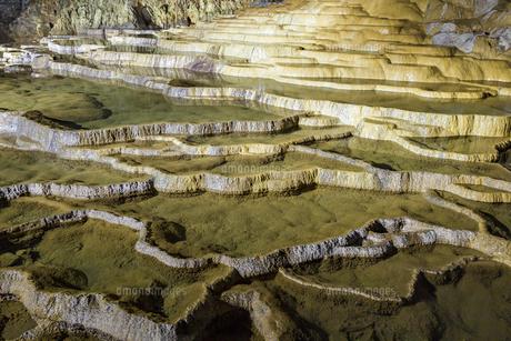 日本最大規模の鍾乳洞 秋芳洞の百枚皿の写真素材 [FYI04678414]