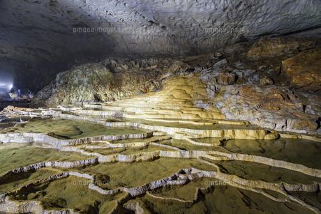 日本最大規模の鍾乳洞 秋芳洞の百枚皿の写真素材 [FYI04678417]