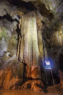 日本最大規模の鍾乳洞 秋芳洞の黄金柱の写真素材 [FYI04678423]