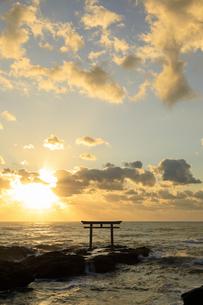 朝の大洗海岸と神磯の鳥居の写真素材 [FYI04678440]