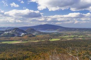 摩周湖第三展望台から見える屈斜路湖の写真素材 [FYI04678628]