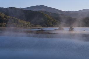 明ける直前の初秋裏磐梯秋元湖の写真素材 [FYI04678818]