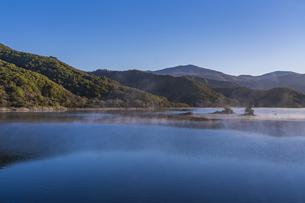 明ける直前の初秋裏磐梯秋元湖の写真素材 [FYI04678819]