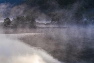 明ける直前の初秋裏磐梯秋元湖の写真素材 [FYI04678821]