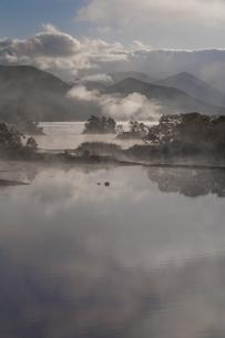明ける直前の初秋裏磐梯秋元湖の写真素材 [FYI04678828]