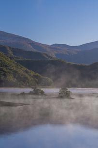 明ける直前の初秋裏磐梯秋元湖の写真素材 [FYI04678830]