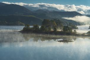 明ける直前の初秋裏磐梯秋元湖の写真素材 [FYI04678832]