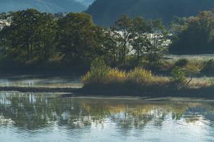 明ける直前の初秋裏磐梯秋元湖の写真素材 [FYI04678837]