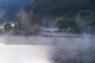 明ける直前の初秋裏磐梯秋元湖の写真素材 [FYI04678844]