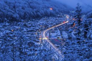 雪の宿場町の写真素材 [FYI04679071]