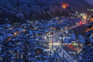 雪の宿場町の写真素材 [FYI04679072]