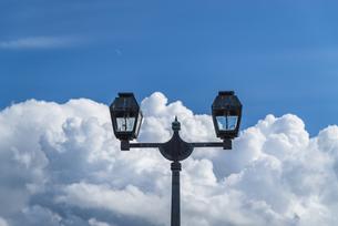 雲と街灯~小樽運河~の写真素材 [FYI04679464]