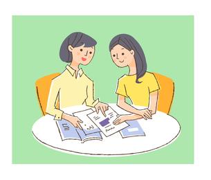 パンフレットを見る女性2人のイラスト素材 [FYI04679479]
