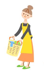 洗濯カゴを持つ女性のイラスト素材 [FYI04679561]