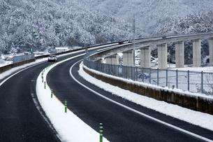 雪の高速道路の写真素材 [FYI04679612]