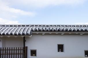 姫路城の外堀の土塀と瓦の写真素材 [FYI04679721]
