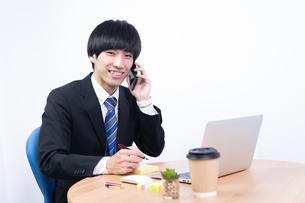 若い日本人ビジネスマンの写真素材 [FYI04679737]