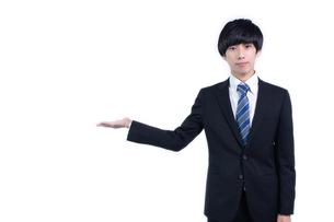 ご案内する若いビジネスマンの写真素材 [FYI04679741]