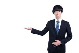 ご案内する若いビジネスマンの写真素材 [FYI04679744]