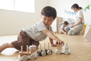 汽車のおもちゃで遊ぶ子供の写真素材 [FYI04679898]