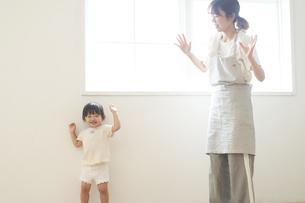 ダンスを踊る子供と女性の保育士の写真素材 [FYI04679902]