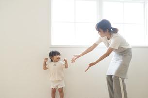 ダンスを踊る子供と女性の保育士の写真素材 [FYI04679903]