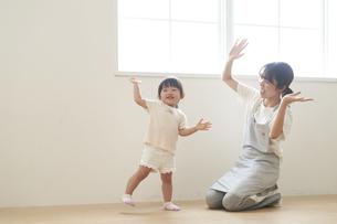ダンスを踊る子供と女性の保育士の写真素材 [FYI04679904]