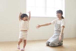 ダンスを踊る子供と女性の保育士の写真素材 [FYI04679905]