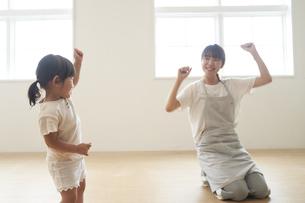 ダンスを踊る子供と女性の保育士の写真素材 [FYI04679906]
