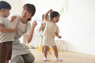 ダンスを踊る子供たちと女性の保育士の写真素材 [FYI04679907]