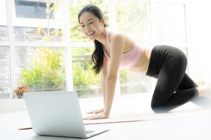 オンラインでヨガのクラスを受ける女性の写真素材 [FYI04680100]