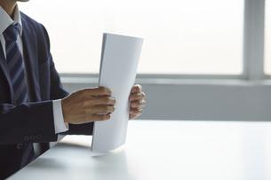 書類を持っているビジネスマンの写真素材 [FYI04680181]