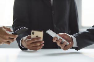 スマートフォンを持っているスーツを着た男性の写真素材 [FYI04680182]