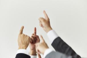指を上に掲げているスーツを着た男性の手元の写真素材 [FYI04680186]