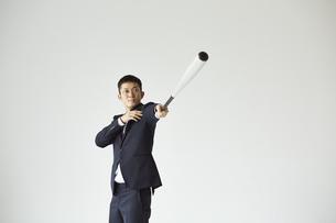 バットを持っているスーツを着た男性の写真素材 [FYI04680188]