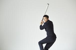 バットを持っているスーツを着た男性の写真素材 [FYI04680191]