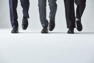 3人のスーツを着た男性の足元の写真素材 [FYI04680199]