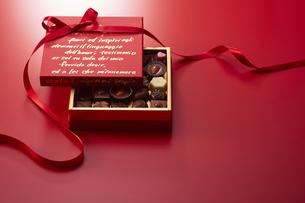 赤色の箱とリボンとチョコレートの写真素材 [FYI04680214]