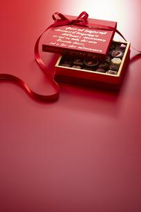 赤色の箱とリボンとチョコレートの写真素材 [FYI04680215]