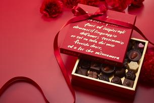 赤色の箱とリボンとチョコレートの写真素材 [FYI04680216]
