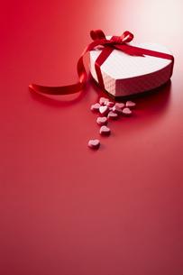 ハート型の箱とハートのチョコレートの写真素材 [FYI04680217]