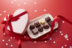 ハート型の箱とチョコレートの写真素材 [FYI04680220]